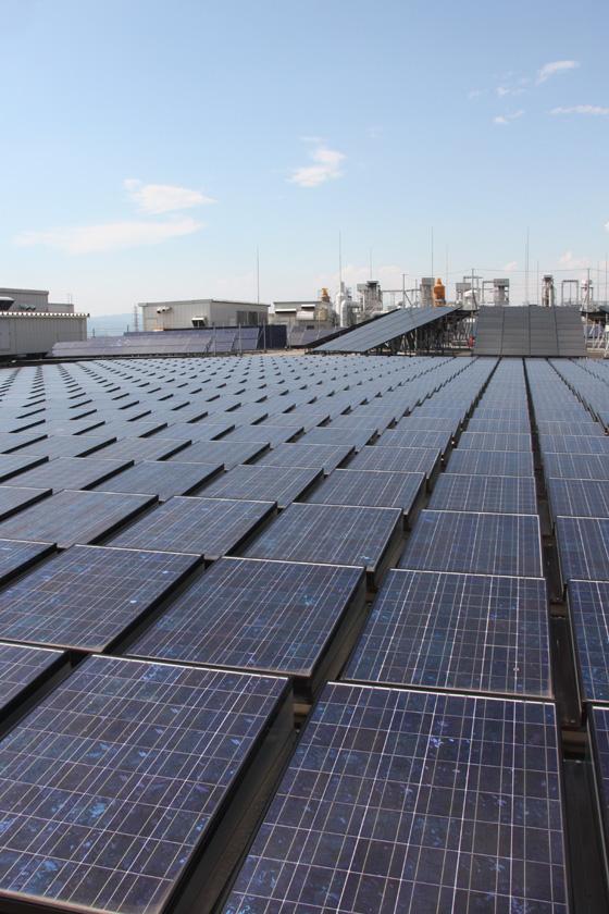 手前に敷き詰められた太陽電池は、メガワット級の出力を備えた「メガソーラー」だ
