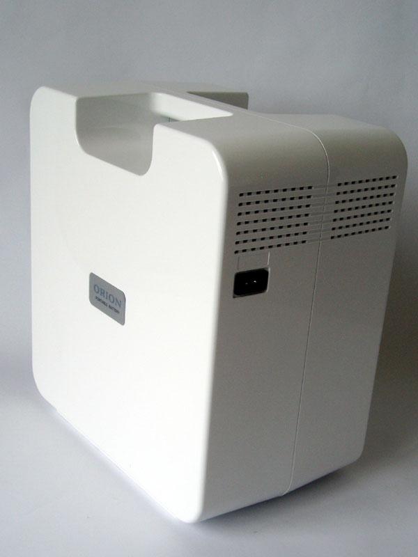 AC入力だけのシンプルな本体背面