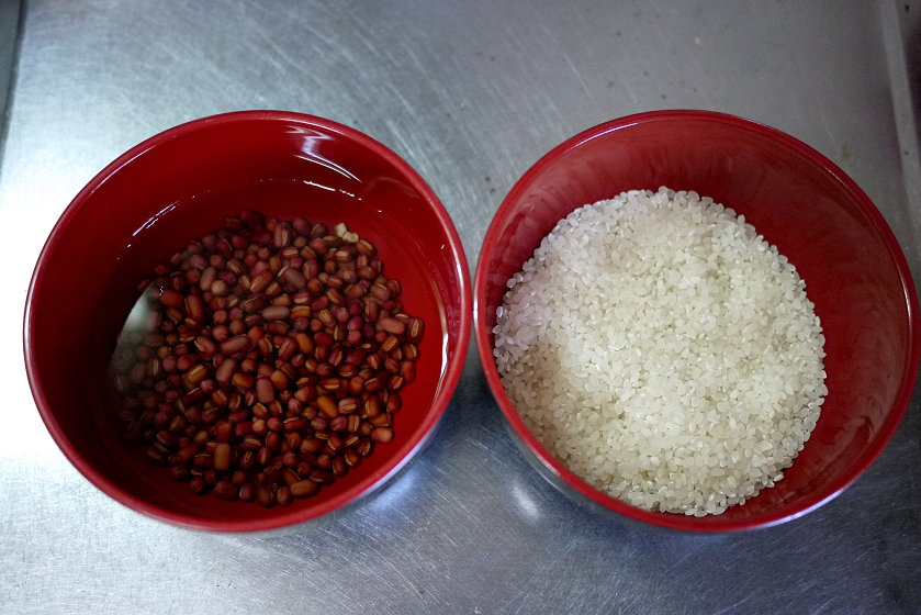 一晩水に浸した小豆と、お米を用意