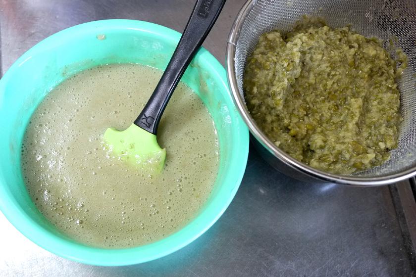 完成した緑豆乳(左)と、緑豆のおから(右)