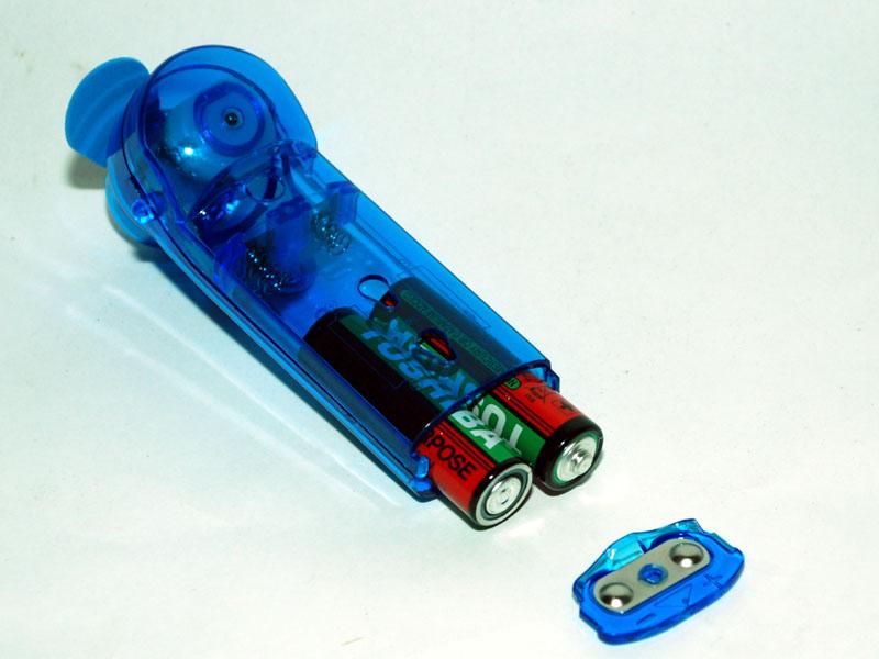 乾電池を入れる。フタ側の端子が2本とも同じ形なので、入れる方向を間違えやすい