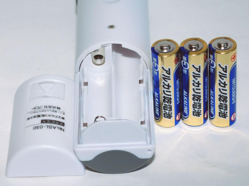 電源は単三アルカリ乾電池3本。横に2本並べて入るので、本体は太い