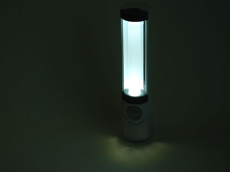 センサーライトを点灯した状態。白いチューブが散光するのでミニ蛍光灯のように見える。立てて使う時は、懐中電灯部分を下にすると安定する