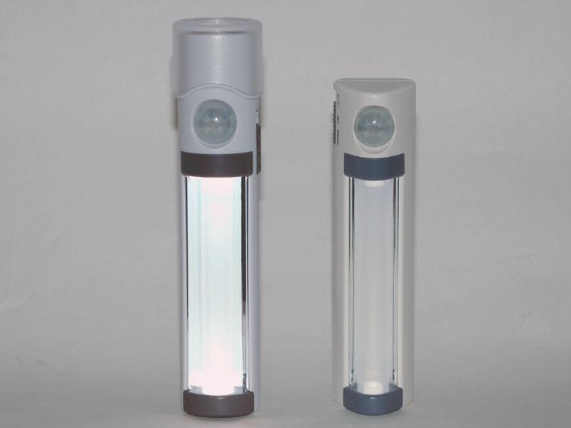 以前にレビューしたELPA「LEDPM-L255」(右)との比較。懐中電灯部分だけ大きい