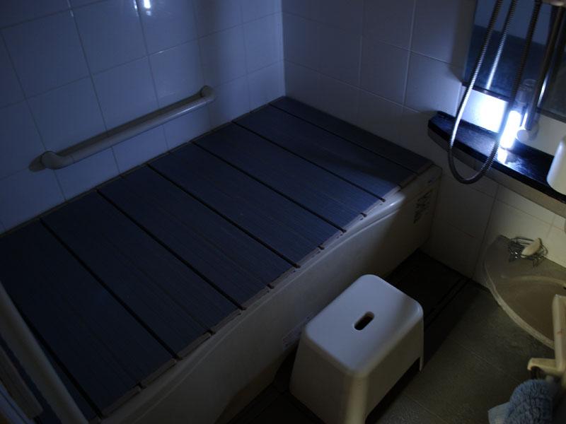浴室での使用例。防水ではないので濡れないように注意が必要だ