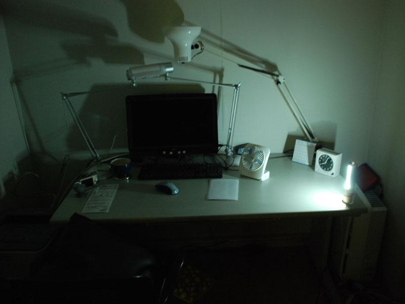 机での使用例。卓上は十分に照らせる