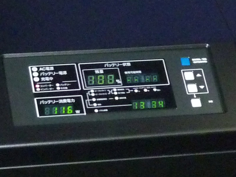 AC入力が切れた状態では、監視パネルに消費電力とバッテリの残り時間が表示される