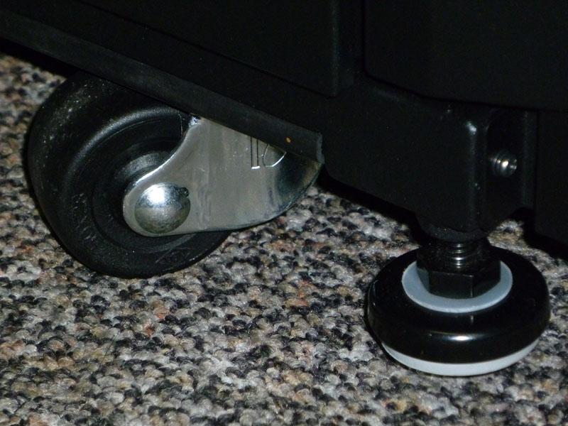 移動用キャスターと固定用の足が両方装備されている