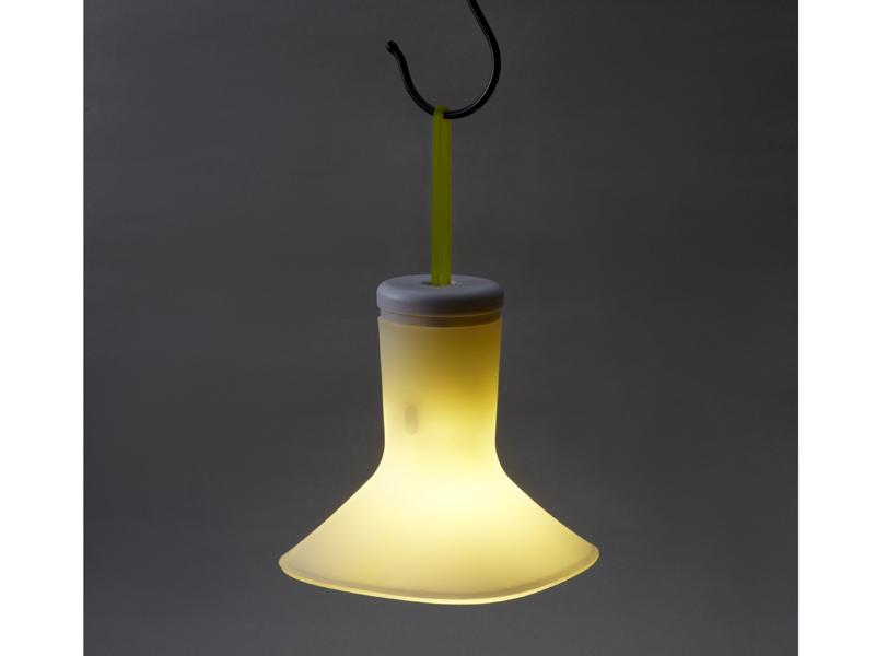 「充電式3Way LEDライト ホタル」。吊るしてペンダントライトとして使用しているところ