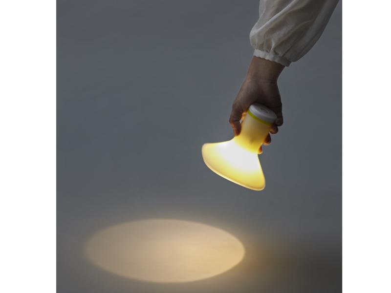 手に持って懐中電灯として使っているところ