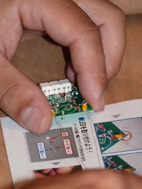 コイルを巻いた振動発電用筒の中にネオジム磁石を入れる