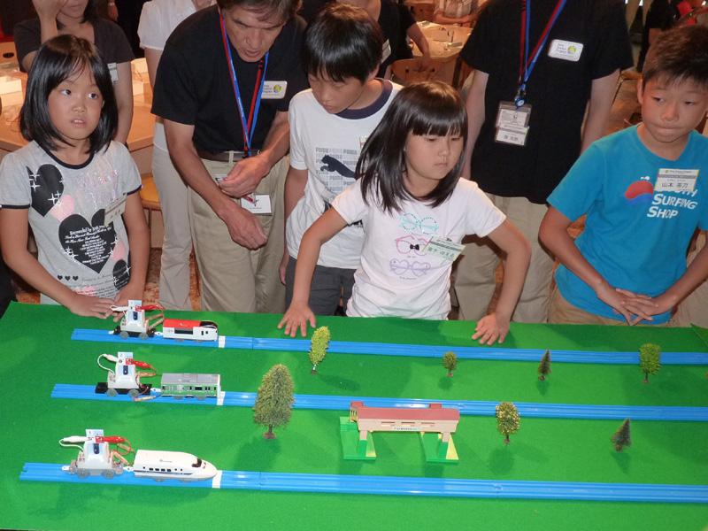 貯めた蓄電池をプラレールに接続し、各テーブルにスピード競争開催