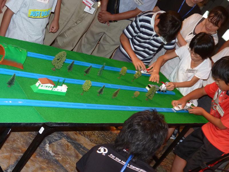 レースは直線コースを人の手で折り返して行なわれるため、充電量の多さだけでなく、参加者のテクニックも勝負の分かれ目に