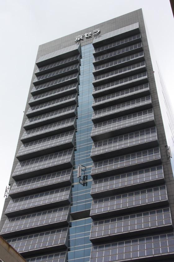地上20階建ての高層ビルの南側には、一面に太陽電池パネルが備わっている