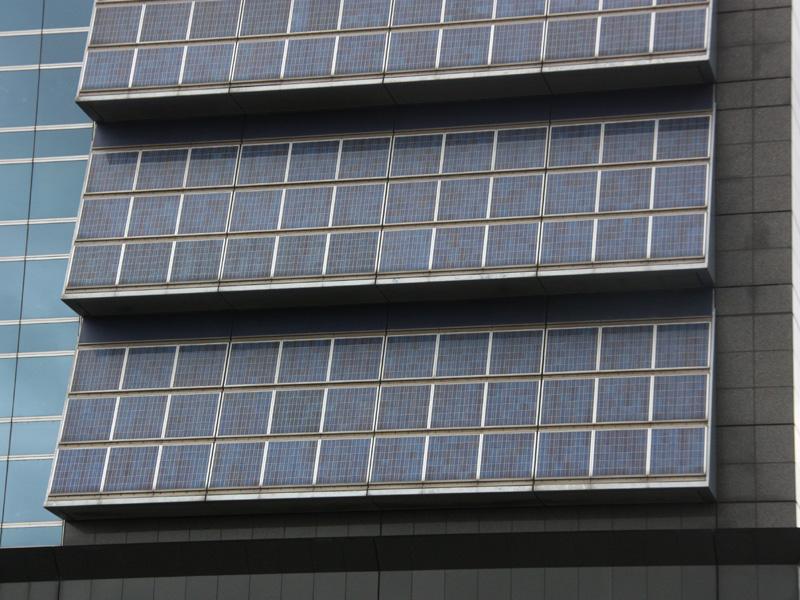 アップで見ると、青色にやや濃淡があり、多結晶の太陽電池であることがわかる