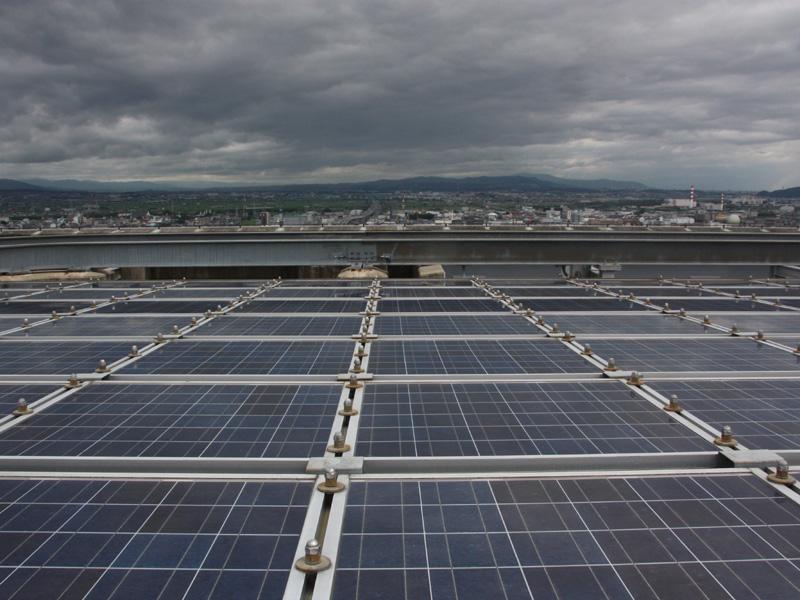 こちらは南側の写真。太陽電池パネルは南向きに傾いている