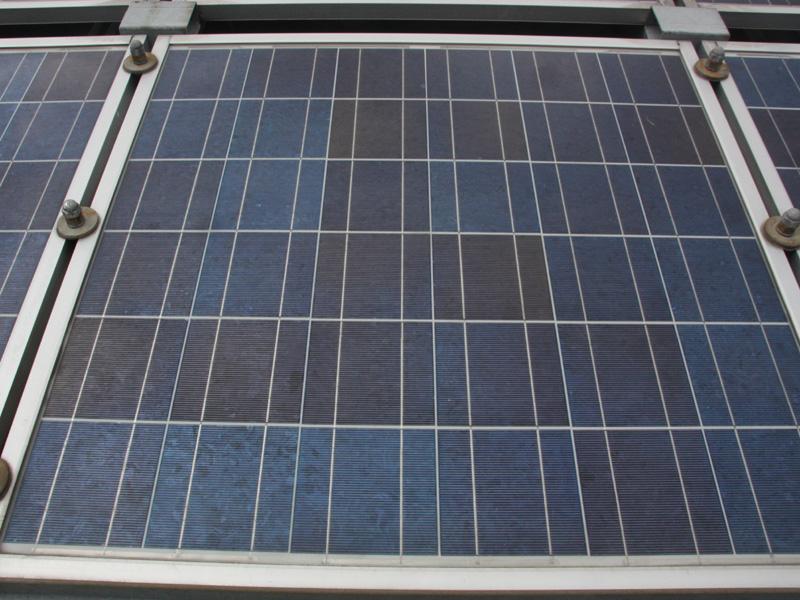 京セラの太陽電池といえば多結晶シリコン。実は世界で初めて量産を開始したのは京セラだ(写真は屋上に設置されている太陽電池パネル)