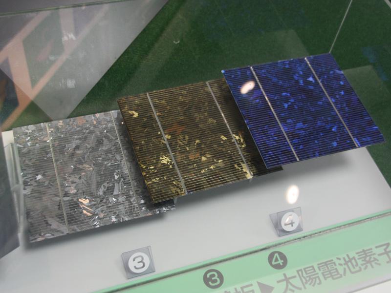 そして、インゴットを薄くカットする。スライスされたものは「ウエハ」と呼ばれ、これに電極形成などの処理を加えることで、太陽電池になる