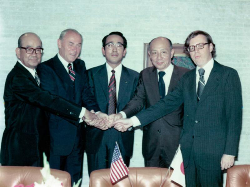 京セラは1975年、日米5社の共同で、太陽電池の研究・開発を進める「ジャパン・ソーラー・エナジー」社を設立した。中央が京セラ創業者の稲盛和夫氏