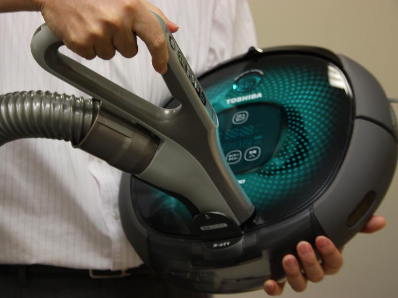 掃除機を使って、中のゴミを吸い出す