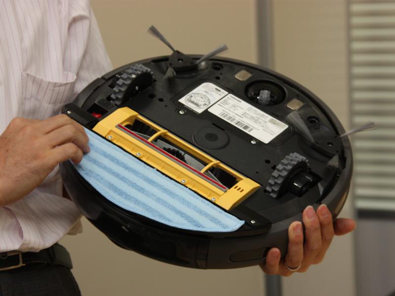 付属のモップを取りつけることで、フローリングの拭き掃除にも対応する