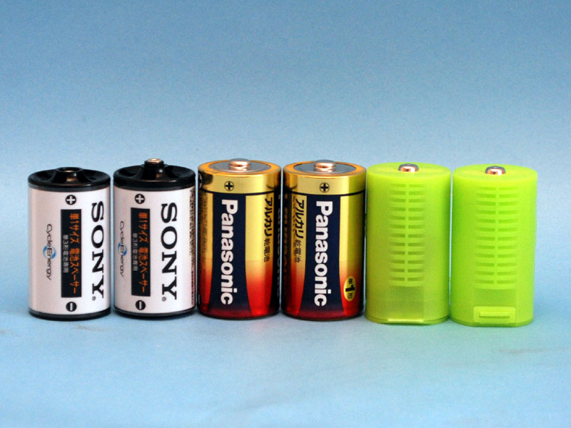 左からソニー製のアダプタ、単一乾電池、「単1のつもり」
