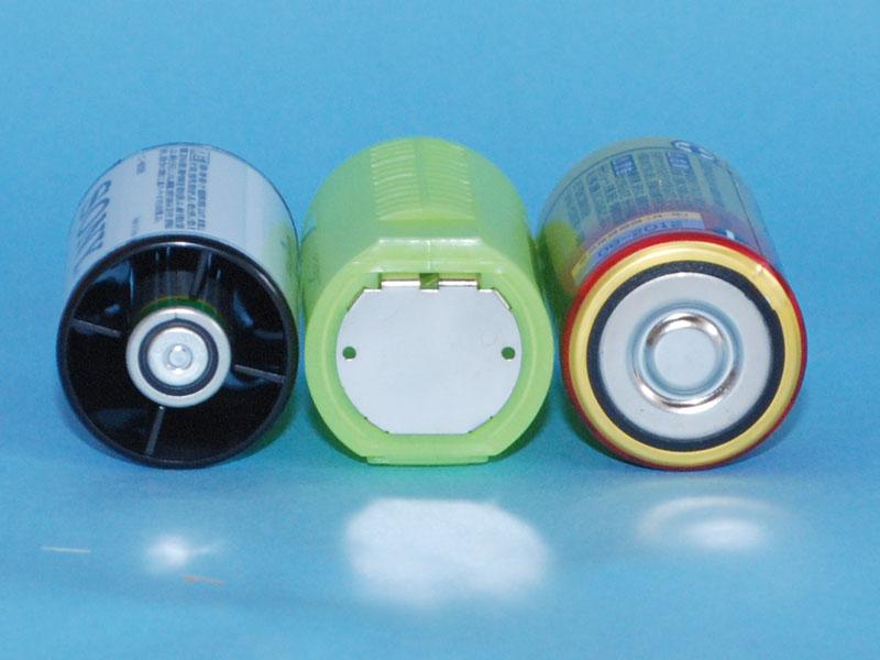 マイナス極側の比較。左からソニーのアダプタ、「単1のつもり」、単一乾電池。ソニーのアダプタは、エネループ用と同じタイプで、電極の面積が単三のままで狭い