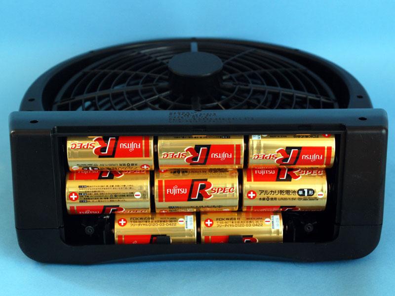 大作商事の「マイファンポータブル 10インチ」は8本の単一乾電池を使用する