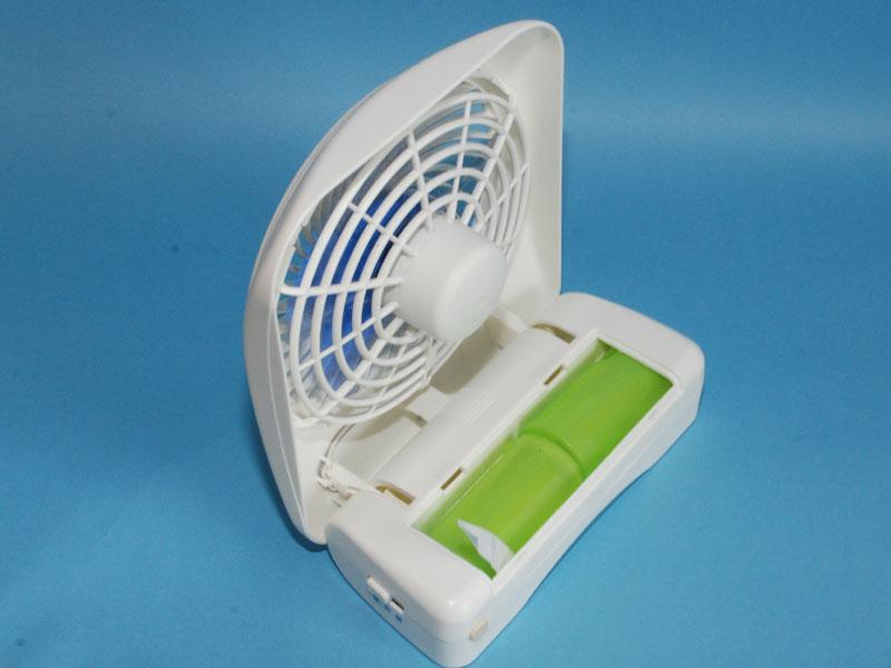 乾電池式の卓上タイプの小型扇風機に入れた状態。台座部分が軽くなるので安定が悪くなる