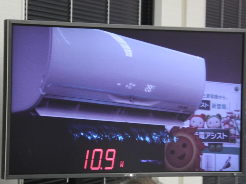 発表会で行なわれたデモ。写真は送風中のようす。発表会会場は空調が行き届いていたため、消費電力約11Wの送風運転のみとなっている