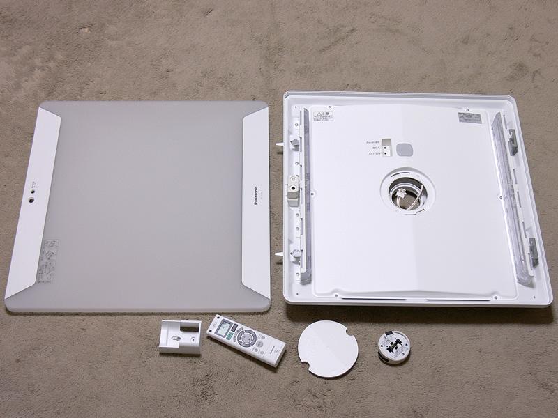 開梱した様子。中央の大きな正方形のパーツが本体(右)、樹脂製の本体カバー。その下にあるのはパーツで、右から引掛けシーリング用のアダプター、アダプター用ふた、リモコン、リモコンホルダー
