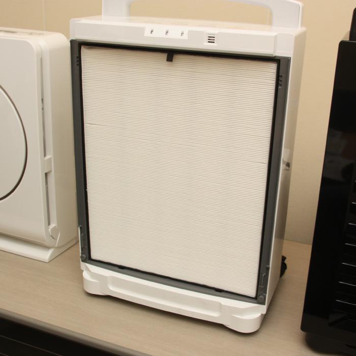 プレフィルターを取り外すと、中にはHEPAフィルターがある。空気清浄効果もある