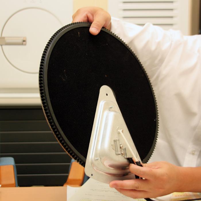 脱臭フィルターは、フィルターの1/8サイズのヒーター(写真銀色のパーツ)で温められ、脱臭能力を回復する