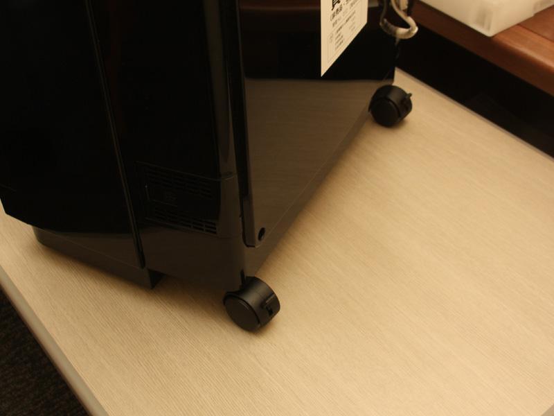 本体底部にはキャスターを搭載。重量は11.5kgと重いものの、簡単に動かせる