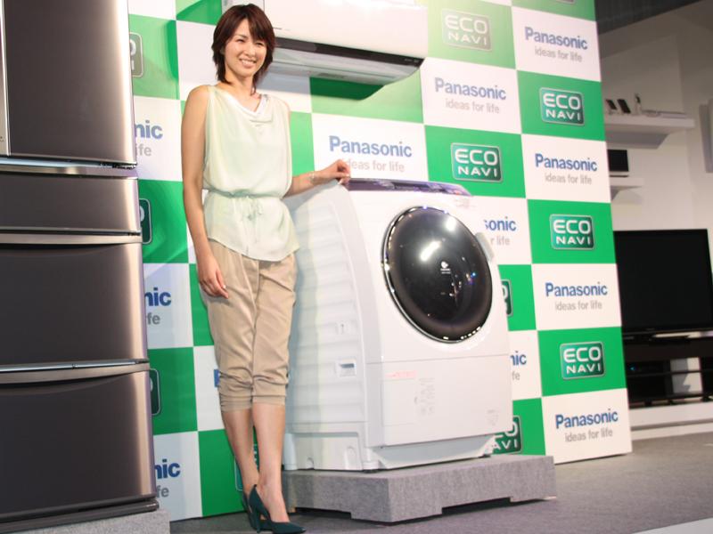ドラム式洗濯乾燥機「NA-VX-7100」とパナソニックの「エコナビ」搭載家電のイメージキャラクターを務める女優の吉瀬美智子さん