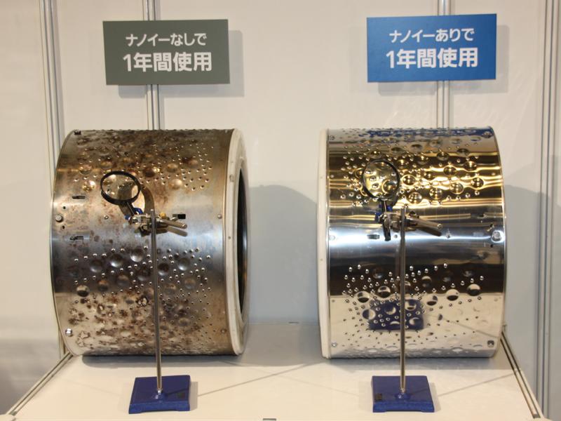 ナノイー放出によってドラム槽の黒カビを抑える機能を搭載。写真は1年使用した場合のドラム槽。ナノイーを放出した右のドラム槽には、黒カビが付着していない