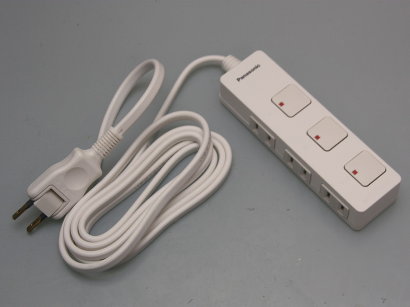 今回購入したのは、3個口でコードが2mの「WHS2523WP」。このほか、4個口タイプやACアダプタ用にコンセントの感覚が広いタイプも用意される