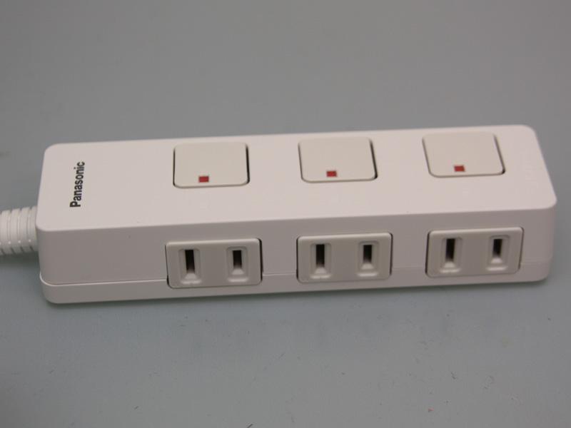 コンセント穴の上に付いている、四角形のボタンが通電スイッチだ