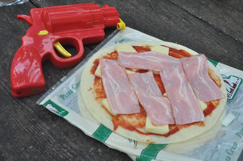 ピザ生地にシンプルにチーズとベーコンを乗せた