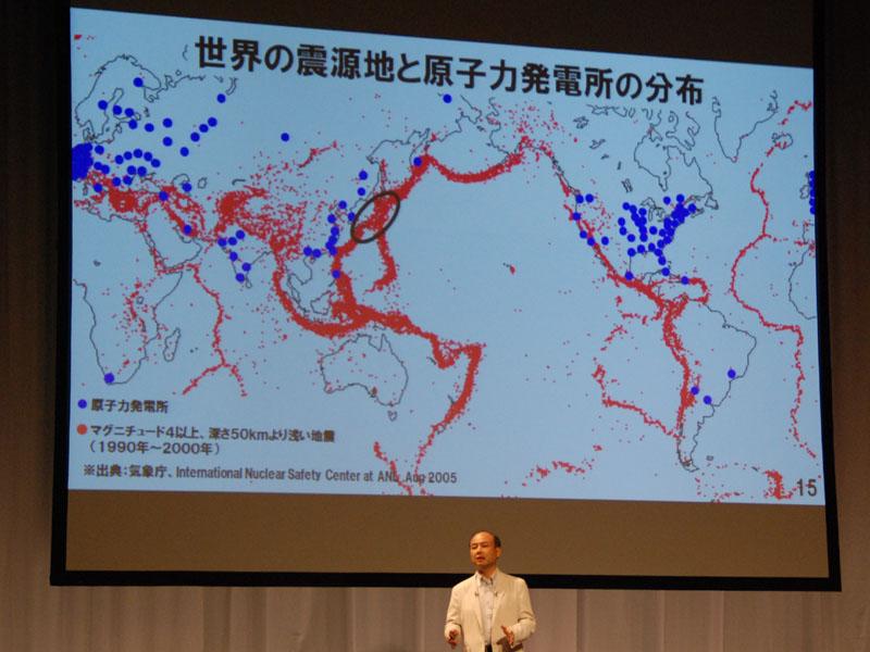 別の方向から見てみよう。実際に起きた地震の震源地と世界の原発所在地を同じ地図に記してみると図のようになる。つまり、海外では原発は地震の少ない地域に立地しているが、日本は全体が地震の巣である