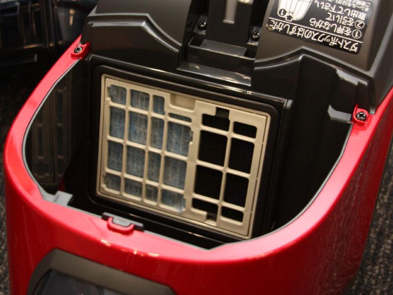 右の黒いフィルターが脱臭効果のある「光触媒フィルター」