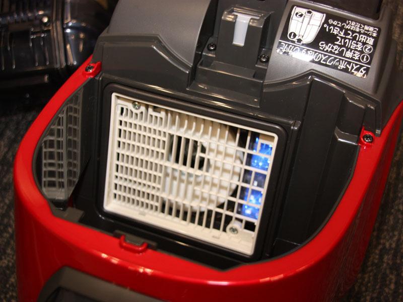 光触媒フィルターの背面には、光触媒フィルターを照射する青色LEDが搭載されている。青色LEDは本体のコンセントを差し込むと、自動で点灯する仕組み