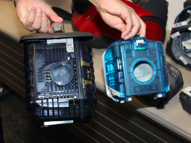 従来の紙パック式掃除機の集じん室(右)に比べて、約2.2倍「クリーンBIGボックス」を採用