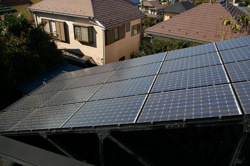 日本国内の太陽光発電市場は、屋根にパネルを設置するのが主流。しかし、マンション住まいや借家の場合は、導入したくてもできないケースが多い