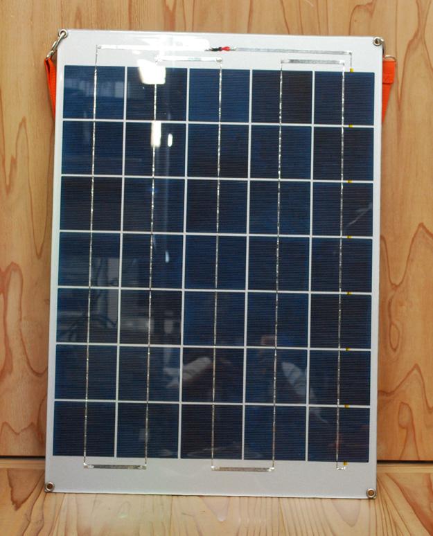基本的にはパネルとバッテリー部という2つで構成される。写真は太陽電池パネル。多結晶だ