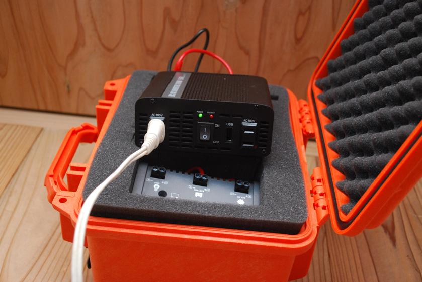 電気を使う際には、蓋を開けた状態でこの中の機材に家電製品のケーブルを接続することになる