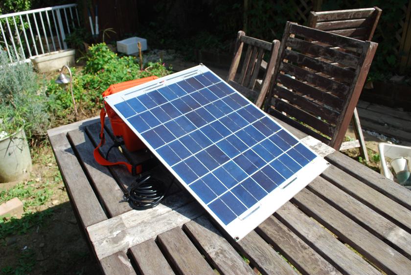 庭で充電しているところ。パネルをボックスに立て掛ければ、ちょうど太陽光をパネル正面から受けるような格好となった