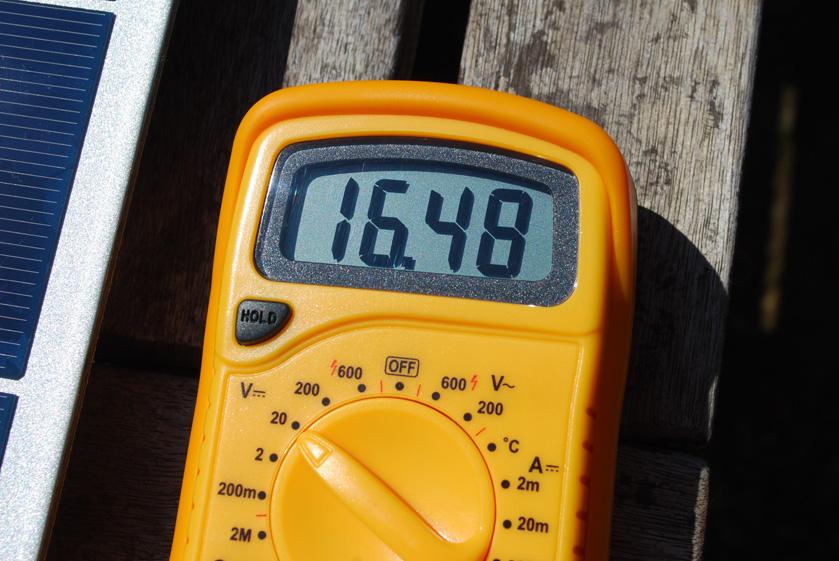 インバーターオフ時で、充放電コントローラの太陽電池パネルからの入力を計ると、16V程度だった