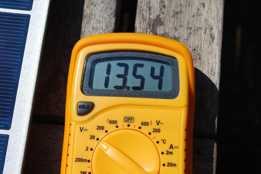 充放電コントローラから蓄電池への出力は、13.54Vで固定されていた