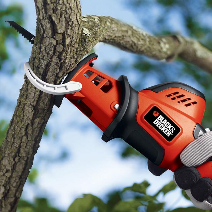 小型で軽量のため、高所の枝打ちも片手でラクにできるという
